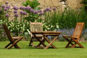Gartenmöbel-mit-einem-Dampfreiniger-reinigen